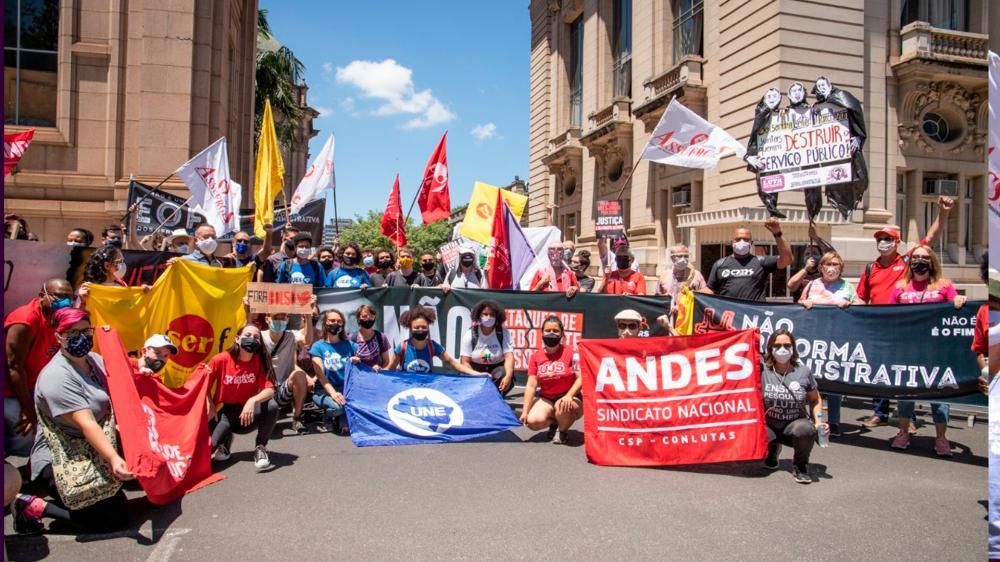 Em ato na Praça da Matriz, Sintrajufe/RS e outras entidades denunciam ataques de Bolsonaro e Leite aos serviços públicos